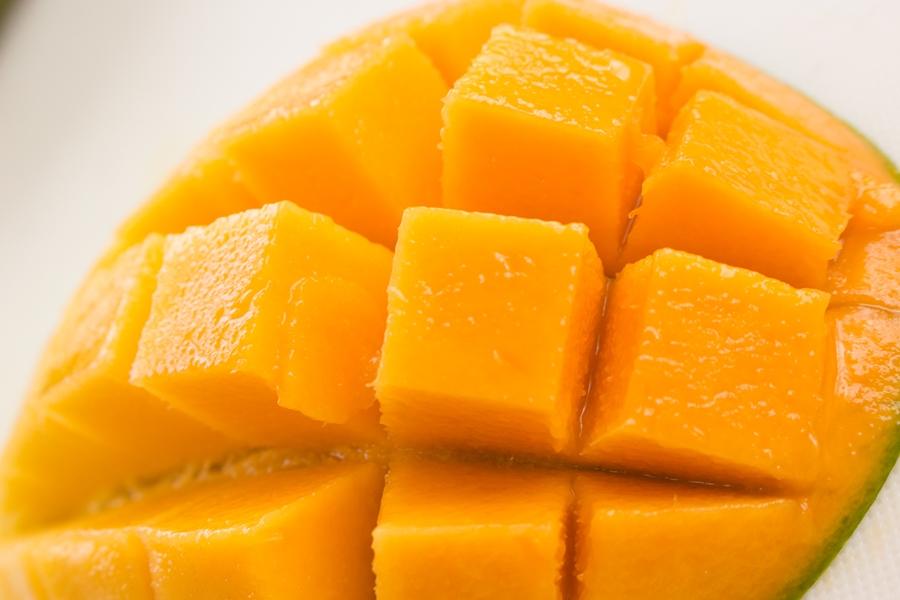 キーツマンゴーを開いたら、オレンジ色の果肉が飛び出してきます