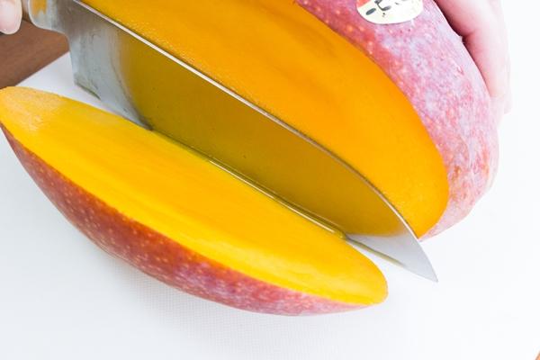 玉文マンゴーを切ってみると果肉がぎっしり