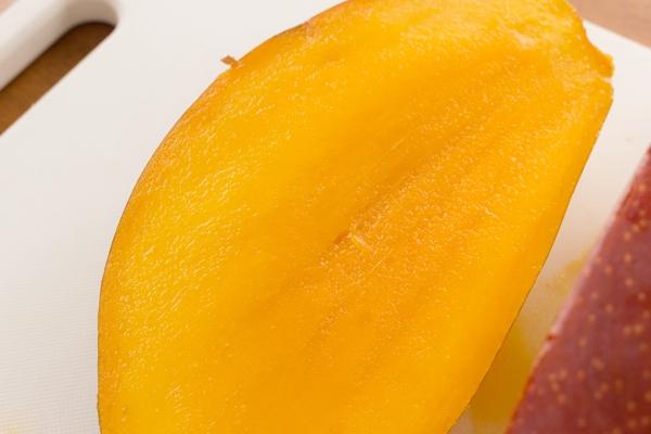 玉文マンゴーの果肉がつやめいてきらきら光っています