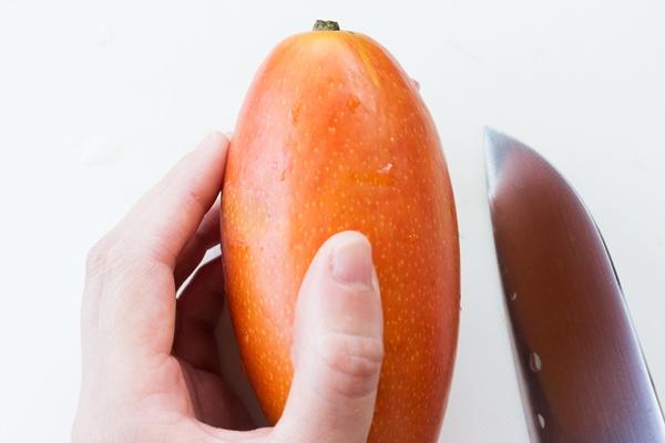 紅龍マンゴーの大きさは、アップルマンゴーより少し大きいくらいです